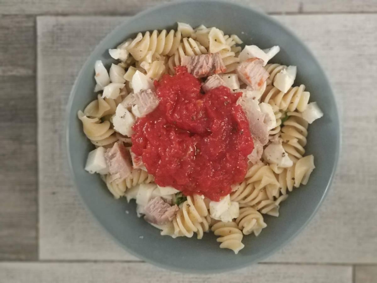 pasta con tomate casero y atún